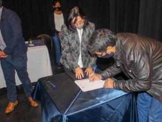 La Escribana de Gobierno asistió al acto de firmas de escrituras en Güemes